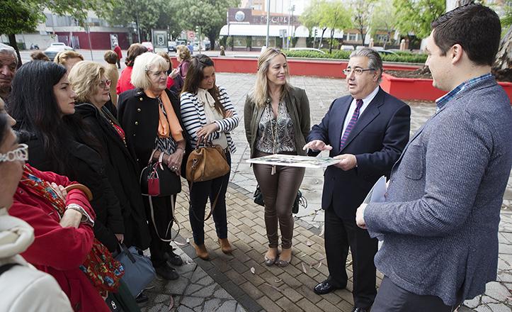Zoido visita Nuevo Porvenir junto a José Luis García