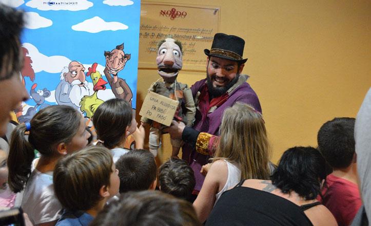 Niños y mayores disfrutan en la Feria del títere en la Macarena