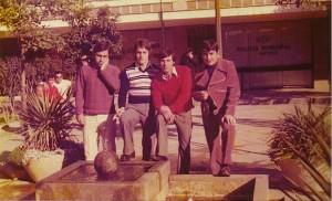 González de Los Ríos, a la derecha, junto a unos amigos en la plaza de la Toná, cuando existía la fuente / «Nomenclatura...»