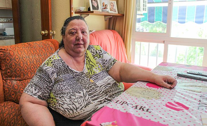Esperanza lleva diez años sin salir de su casa por no tener ascensor su bloque de la calle Cristo y Alma / Fran Piñero