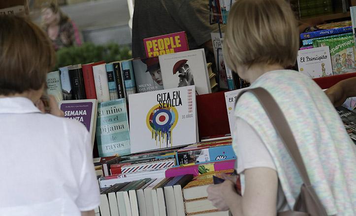 Un expositor de la Feria del Libro de Sevilla, que en este 2015 repite ubicación en la Plaza Nueva / Juan Flores