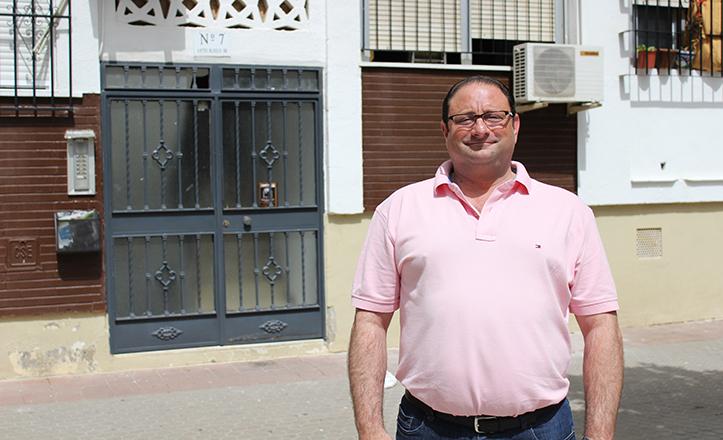 Francisco Vázquez, de Praysa, casi en el punto exacto donde emergerá la «columna» del ascensor / F. Piñero