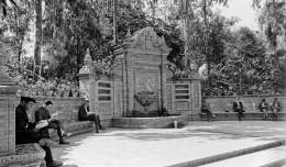 Lectores en la glorieta de los Álvarez Quintero, entre 1927 y 1928 / Archivo Serrano