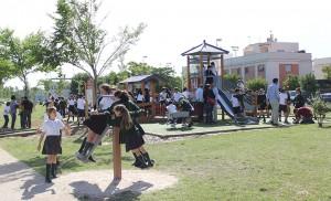 Trasiego en los juegos adaptados del Parque Guadaira / F.P.