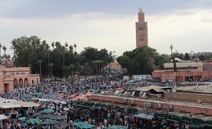El minarete de la Koutoubia se alza tras la bulliciosa y tradicional plaza de Jemaa el Fna / Fran Piñero
