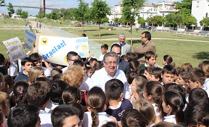 El alcalde Zoido es recibido con pancartas y entusiasmo por alumnos del colegio Corpus Christi, Claret y Doctrina Cristiana / F. Piñero