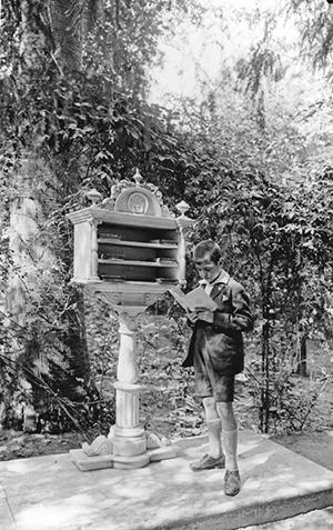Un niño disfruta de la lectura en 1929 / A. Serrano