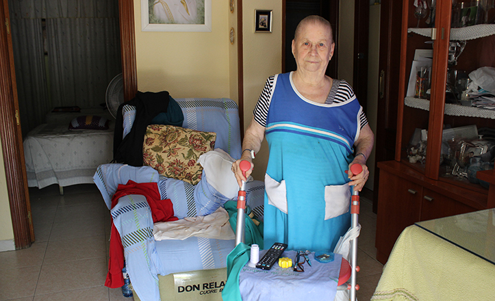 A sus 78 años, Paca necesita de un andador para moverse por su vivienda, y de un ascensor para salir a la calle / F. Piñero