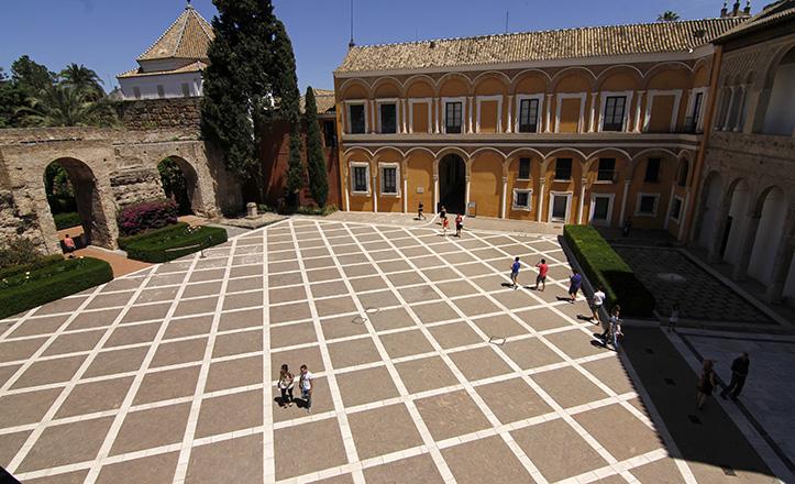 Patio de la Montería, de los Reales Alcázares, en cuyas obras de restauración se conoció la historia de la Torre de Abdelaziz / V. Gómez