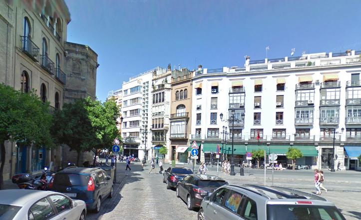 Desde Santo Tomás, la Torre de Abdelaziz queda absolutamente integrada en la fachada de Aníbal González / G. Maps
