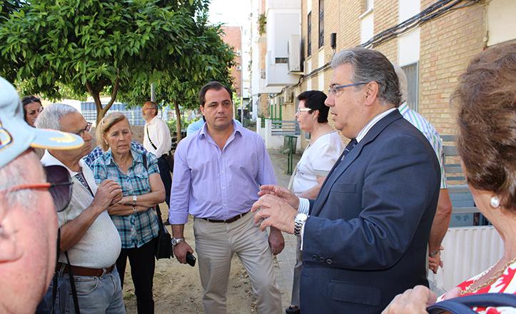 Zoido, acompañado por Jaime Ruiz, explica los avances de la obra a los vecinos de Ciudad de Montilla / F. Piñero