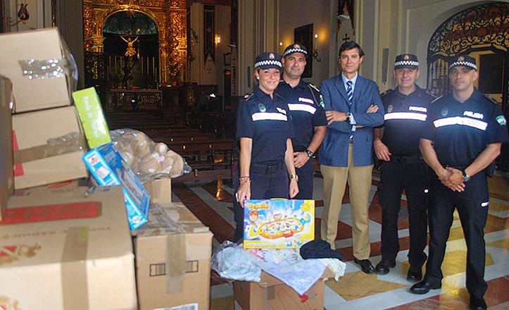 La Policía Local hace entrega de juguetes y prendas intervenidas a la Hermandad del Cachorro para su tómbola benéfica