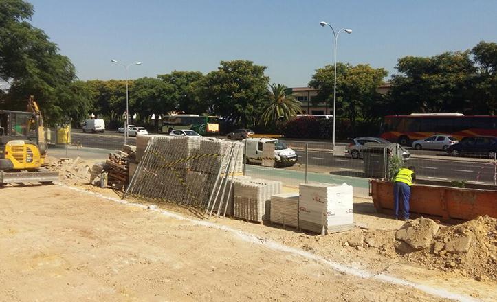 Obras en el acerado del número 36 de la avenida de Andalucía