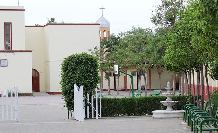 El CEIP Arias Montano, con la parroquia del Mayor Dolor al fondo / Fran Piñero