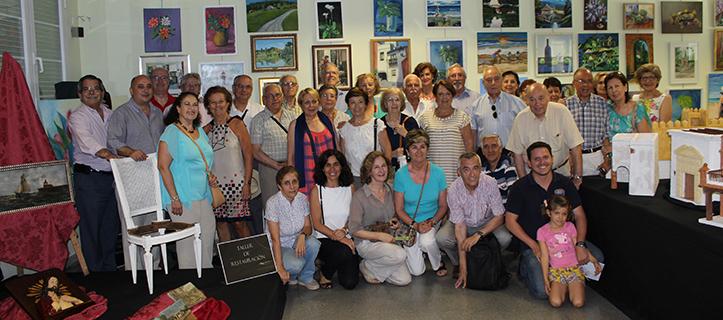 Foto de familia de los talleres del Aula de Actividades para Mayores en la Fundación Cajasol / Fran Piñero