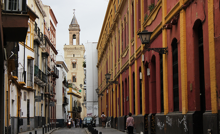 La calle Castellar, con la torre mudéjar de San Marcos al fondo / Fran Piñero