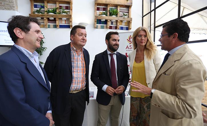 De izq a dcha: Pedro Oliver, Gustavo de Medina (presidente ASET), J. Luis Fernández, Elena Baena y Rafael Domínguez (director gerente ASET) / V.G.