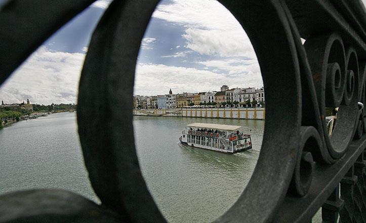 El Guadalquivir visto desde el puente de Triana / Raúl Doblado