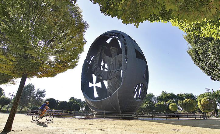 «El nacimiento de un nuevo hombre», conocido popularmente como «El Huevo de Colón» en el Parque de San Jerónimo / Vanessa Gómez
