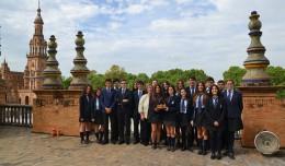 Los alumnos del Buen Pastor recogiendo el galardón a nivel regional en la Plaza de España