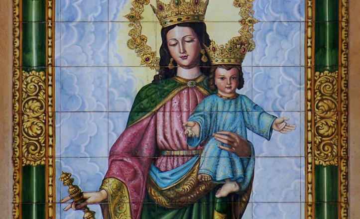 Detalle del azulejo de María Auxiliadora en el arco de piedra que sirve de acceso al recinto salesiano / RetabloCerámico.net