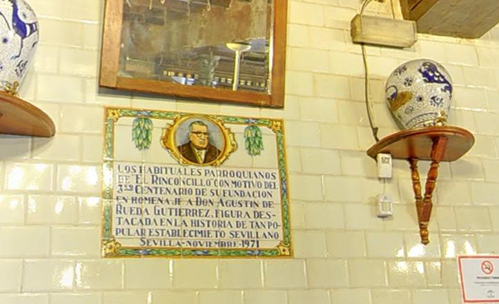 El azulejo-homenaje a Agustín de Rueda cuenta con un curioso error tipográfico en la palabra «Establecimiento»