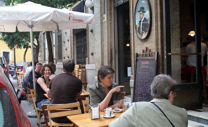 Turistas disfrutando de la gastronomía sevillana en la calle Mateos Gago / Rocío Ruz