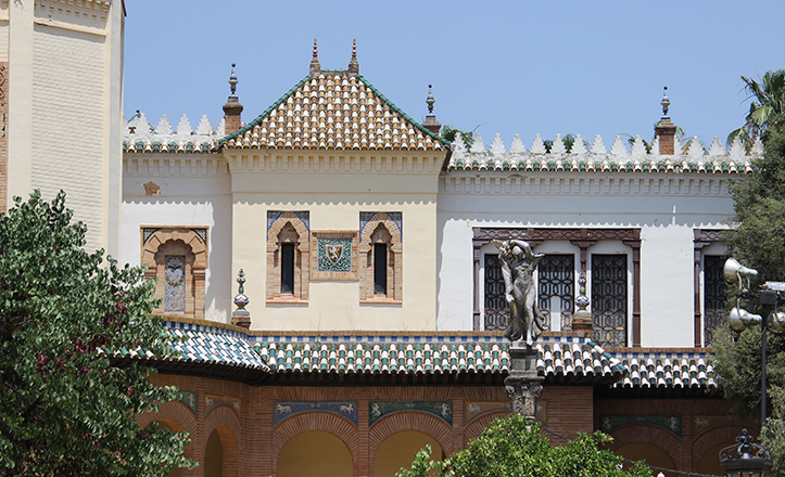 Representación de Niké frente a la fachada principal del Museo de Artes y Costumbres / Fran Piñero
