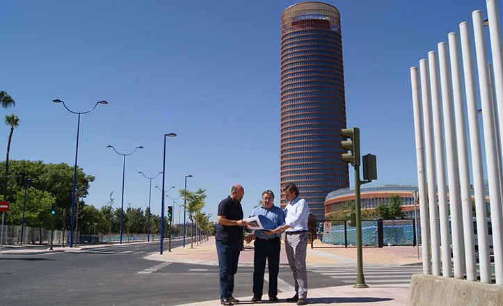 Curro Pérez, Juan Ignacio Zoido y Juan Manuel Vargas en la Torre Pelli