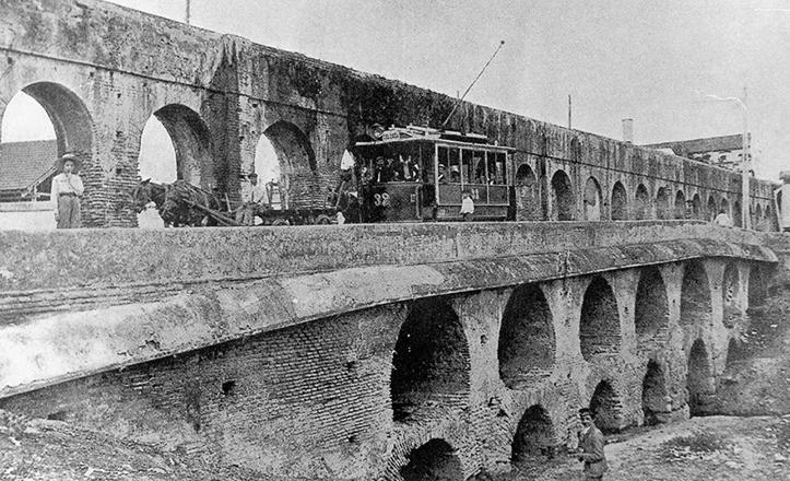 Este era el aspecto de los Caños de Carmona a comienzos del siglo XX, cuando ocurrían las pesadas bromas de los Reyes Magos