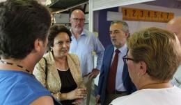 Carmen Castreño y Juan Manuel Flores con los placeros del Mercado del Cerro del Águila