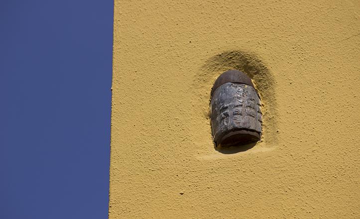 Bomba en la fachada de la casa entre calle Mosqueta y San Esteban / Fran Piñero