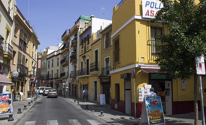 Apenas visible si no se pone atención, la bomba de la calle Mosqueta «luce» entre negocios cofrades y de hostelería / Fran Piñero