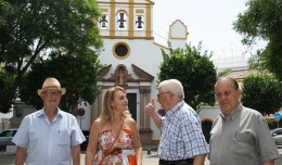 Eva Oliva, concejala de IU, junto a miembros de la AVV El Terraplén