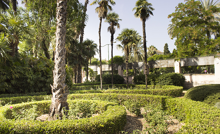 Vista amplia de los cuidados Jardines de Villa Eugenia a la altura de la avenida de la Palmera / Fran Piñero