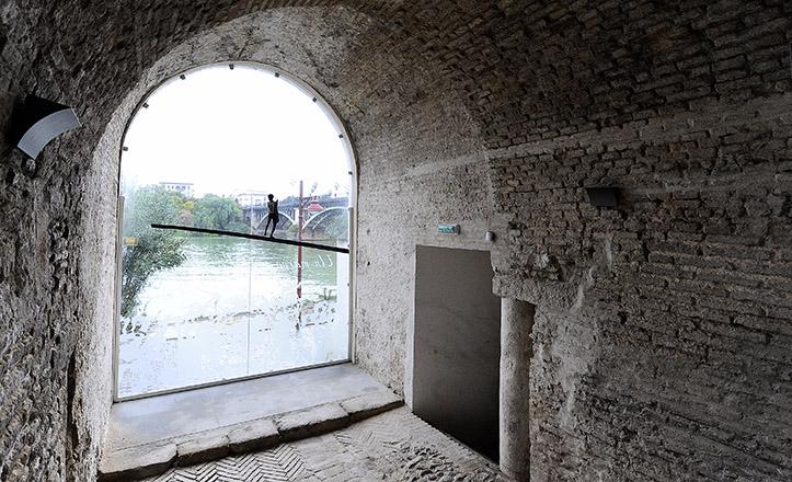 Un ventanal al Guadalquivir conecta el pasado del Castillo de San Jorge con la realidad de la Sevilla actual / Jesús Spínola