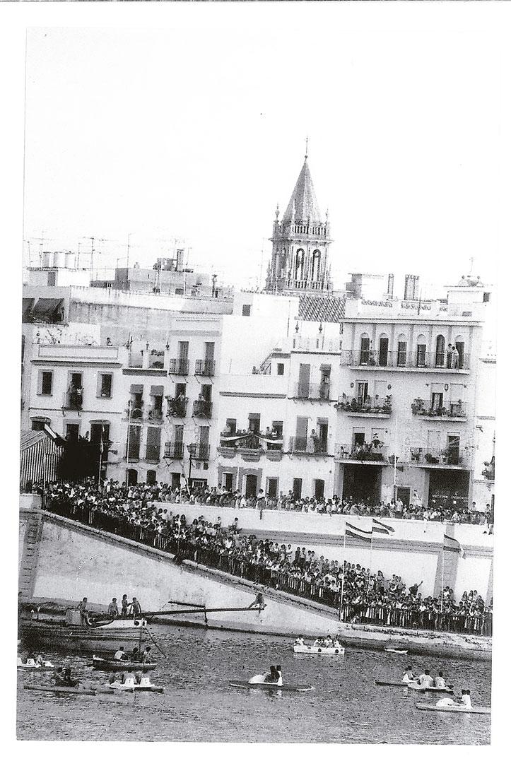 La calle Betis y las zapatas abarrotadas durante la cucaña / MARTÍN CARTAYA