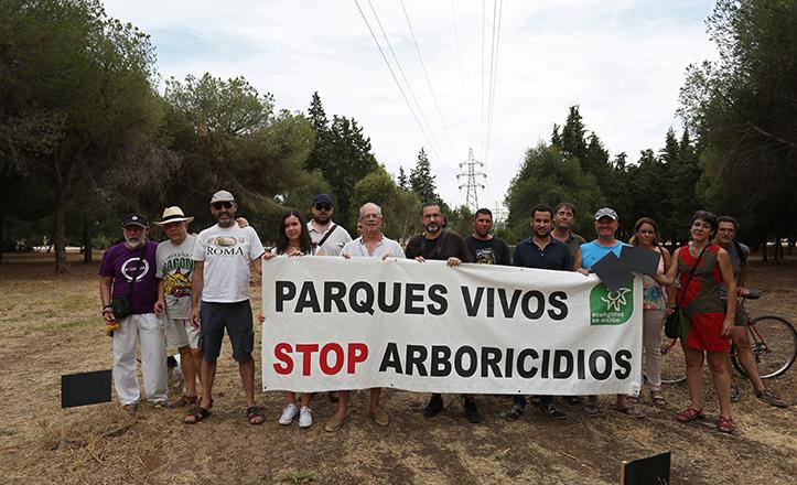 Laura Soler, a la derecha de la pancarta que sostienen, entre otros, Daniel González Rojas / Vanessa Gómez