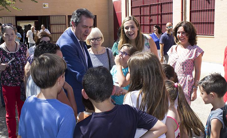 El alcalde Espadas y la delegada Myriam Díaz saludando a los alumnos de la Escuela de Verano / Fran Piñero