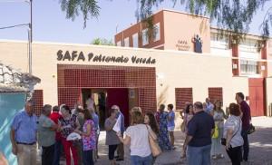 Vecinos y familiares esperando la visita del alcalde Juan Espadas a SAFA-Patronato Vereda / Fran Piñero
