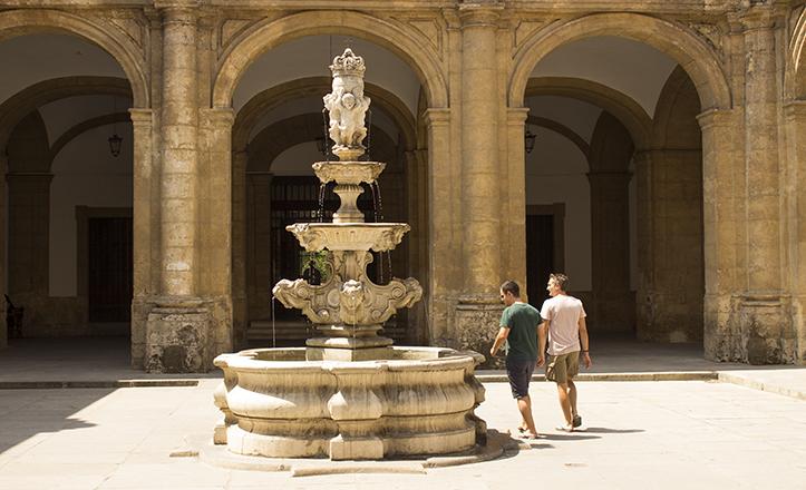 Contemplar la fuente de la antigua Fábrica de tabacos de Sevilla es toda una gratificante experiencia... a la sombra / Fran Piñero
