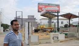 Daniel González rojas frente a la nueva gasolinera «low cost» de la avenida de Jerez