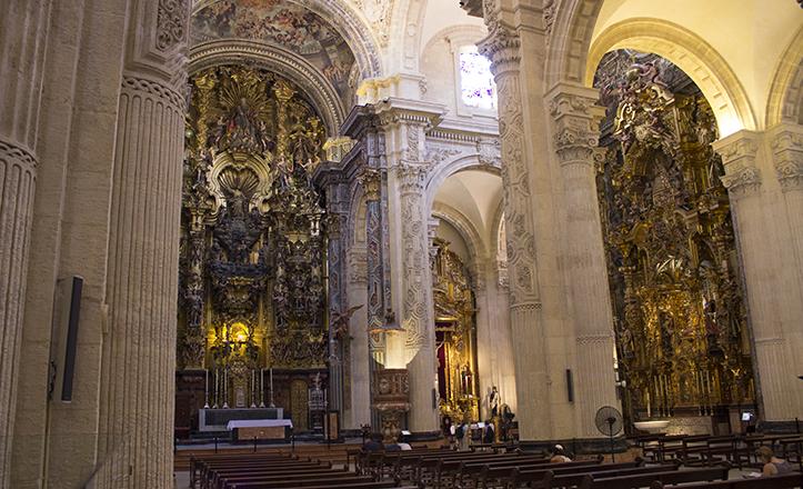 El frescor intrínseco de la esbelta Iglesia del Salvador de Sevilla se ve complementado con diversos ventiladores / Fran Piñero