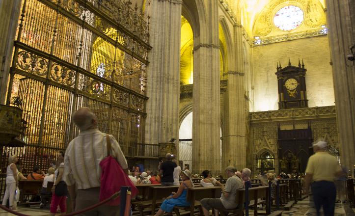Multitud de turistas y ciudadanos contemplan la grandiosidad de la Catedral y su altar mayor / Fran Piñero