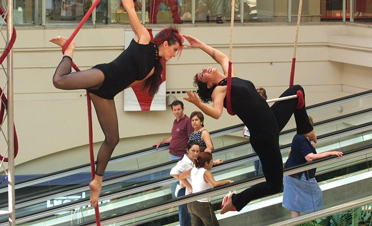 Espectáculo acrobático de Circópolis en Los Arcos, junto a las añoradas rampas mecánicas / Rocío Ruz