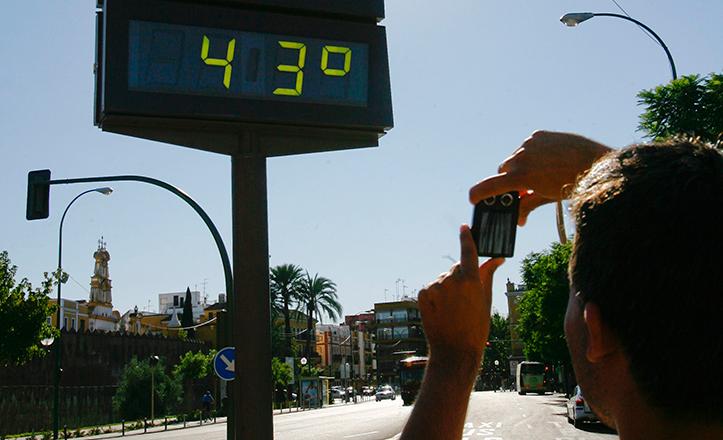 Un joven hace una foto al termómetro que marca 43 grados