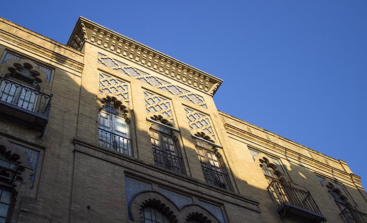 Remate superior del edificio que, hasta 2003, albergó el Cine X de Trajano / Fran Piñero