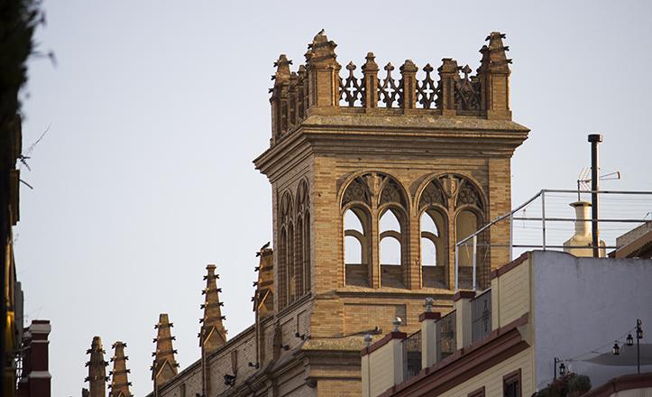 Torre mirador del edificio donde se aprecia más claramente el sello de Aníbal González / Fran Piñero