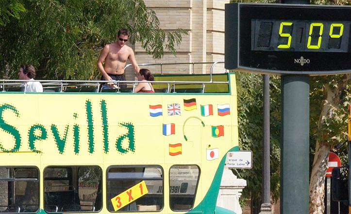 Un turista descamisado a 50 grados en Sevilla