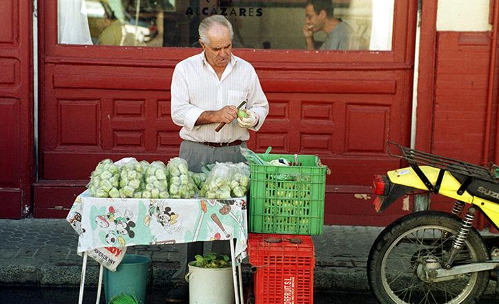 Vendedor ambulante de higos chumbos en la Plaza de la Encarnación, en una instantánea de 1999